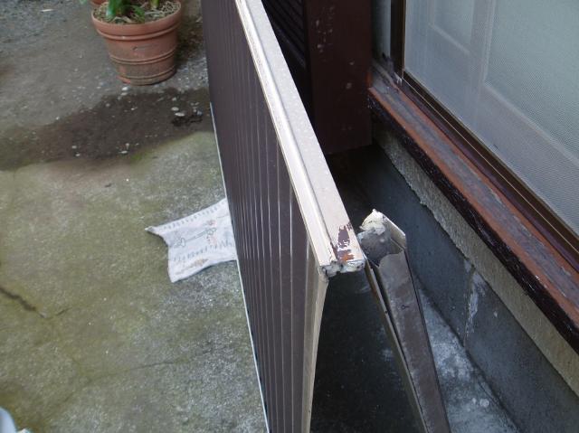 雨戸の下の部分が破損していました。 こちらが破損した部分です。こ... 高野太閤堂の雨戸交換・敷