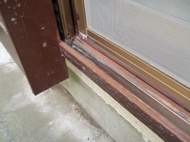 雨戸の下の部分が破損していました。 こちらが破損した部分です。この部... 高野太閤堂の雨戸交換
