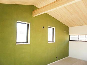子供部屋のアクセントウォールとして取り入れたグリーンの色味が綺麗でお気に入りです。