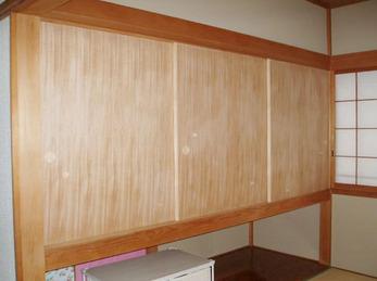職人さんの手で微調整を繰り返してはめ込んだ木目の襖が、和室全体を暖かみある空間にしてくれました。