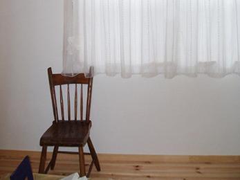 柔らかな素材のカーテンを引いた事で、優しい印象になりました。