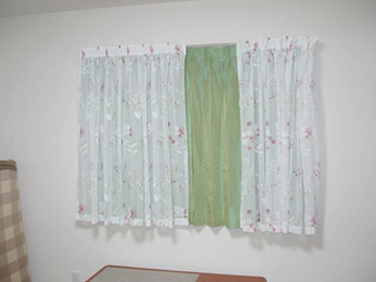 花柄のレースのカーテンでお部屋の雰囲気が華やかになりました。