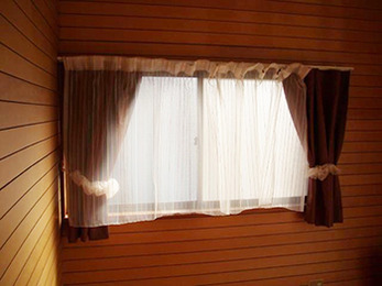 トイレには爽やかなカーテンをを引いて、とても落ち着いた印象になりました。