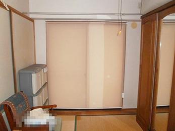 暖色系のカーテンでお部屋が明るくなり、雰囲気が変わりました。