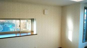 ガラスビーズを施した上品な壁紙です