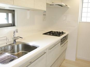 ホワイトで統一した明るく清潔感のあるキッチン